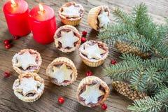 Minces pies avec la branche d'arbre de Noël Photographie stock