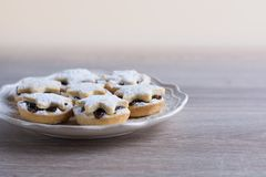 Minces pies de fruit de Noël d'un plat Image libre de droits