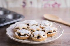 Minces pies de fruit de Noël d'un plat Image stock