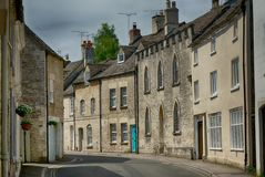Minchinhampton,格洛斯特郡Cotswold村庄的狭窄的街道  库存照片
