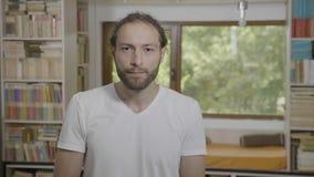 Mindblownreactie van een millennial mens die verbazing uitdrukken en opwinding opwinden - stock videobeelden