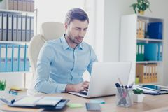 Minded混淆了上司使用计算机,键入对他的collea 免版税库存照片
