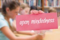Mindedness przeciw ślicznemu uczniowi używa pastylka komputer w bibliotece fotografia stock
