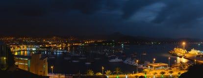 Mindelo i skymningljus Port staden med många fartyg i fjärden på Kap Verde i den nordliga delen av ösaoen Royaltyfri Bild