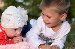 Minderjähriger Junge mit seiner kleinen Schwester lizenzfreies stockfoto