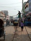 Minderjähriges Mädchen, das für Überleben arbeitet stockbilder