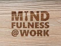 Mindfulness au concept de travail utilisant le fond en bois de grain photo stock