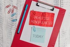 Mindfulness de pratique en mati?re des textes d'?criture de Word Le concept d'affaires pour r?alisent un ?tat de relaxation une f photos stock