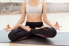 mindfulness Frau, die zu Hause das Yoga sitzt in meditierender Nahaufnahme der Lotoshaltung tut stockbilder