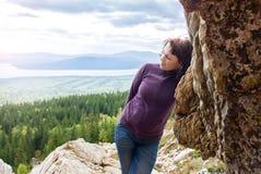 Mindfulness hermoso de la pasión por los viajes del placer de la mujer que camina la sol Zyuratkul Cheliábinsk Rusia de la montañ Foto de archivo libre de regalías