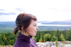 Mindfulness hermoso de la pasión por los viajes del placer de la mujer que camina la sol Zyuratkul Cheliábinsk Rusia de la montañ Fotos de archivo