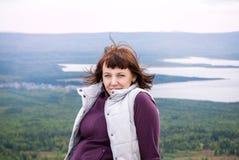 Mindfulness hermoso de la pasión por los viajes del placer de la mujer que camina la sol Zyuratkul Cheliábinsk Rusia de la montañ Fotos de archivo libres de regalías
