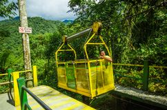 MINDO,厄瓜多尔- 2017年8月27日:在穿过深谷,在上的152 m的Tarabita里面的未认出的人 免版税库存图片