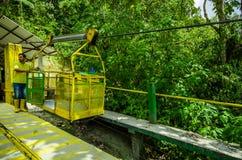 MINDO, ECUADOR - 27 DE AGOSTO DE 2017: Hombre no identificado dentro del Tarabita que cruza el valle profundo, hasta 152 m sobre Foto de archivo libre de regalías