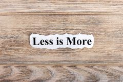 mindre är mer text på papper Ordet är mindre mer på sönderrivet papper text för rest för bild för com-begreppsfigurine höger plat Arkivfoto