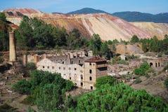 Mine abandonnée avec la tour et les ruines. Photographie stock libre de droits