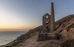 Mine cornouaillaise abandonnée de bidon, sur le bord de falaise, contre un ciel bleu Image stock