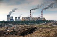 Mine d'exploitation à ciel ouvert et centrale photographie stock