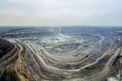 Mine d'exploitation à ciel ouvert, vue aérienne de bourdon images stock