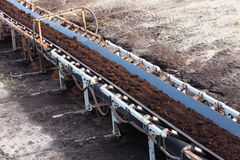 Mine de charbon brune à ciel ouvert Convoyeur à bande Images libres de droits