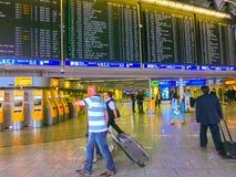 Mine de Francfort AM, Allemagne - 15 juin 2016 : Les personnes voyageant dans l'aéroport Photos libres de droits