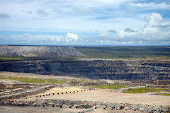 Mine ouverte de diamant entourée par les ettles et le champ industriel photos libres de droits