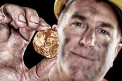 Mineiro de ouro com pepita foto de stock