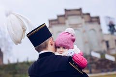 Mineiro preto do contramestre de carvão no uniforme da gala com sua criança imagens de stock