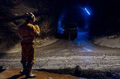 Mineiros e grandes máquinas dentro da mina imagens de stock royalty free