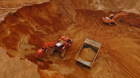 Minenmaschiene, die am Sandbergwerk arbeitet Strömender Sand des Baggers im Bergbau-LKW stock video footage