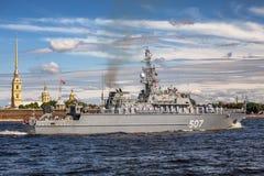 Minensuchboot Alexander Obukhov auf Wiederholung der Marineparade am Tag der russischen Flotte in St Petersburg lizenzfreies stockfoto