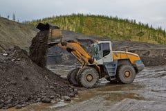 Minería aurífera en Susuman Los trabajos del auto-cargador fotografía de archivo