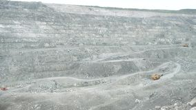 Mineração branca aberta da pedreira Poço aberto com escavação da multi-maneira dos minerais enraizados profundamente na terra e n vídeos de arquivo