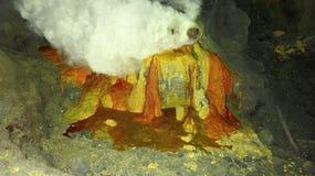 Mineração crua do enxofre na cratera do vulcão ativo de Kawah Ijen em Java foto de stock