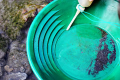 Mineração da pepita de ouro do rio Fotos de Stock