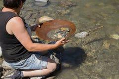 Mineração da pepita de ouro do rio imagem de stock royalty free