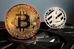 Mineração de Cryptocurrency Moedas de Bitcoin BTC e de Litecoin LTC imagem de stock royalty free