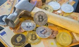 Mineração de escavação ou mina de Bitcoin para o bitcoin, comparada ao trad Imagens de Stock