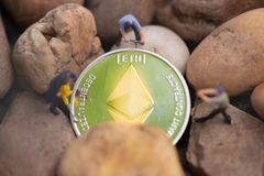 Mineração de Ethereum ETH Conceito virtual da mineração do cryptocurrency fotografia de stock royalty free
