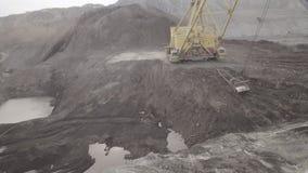 Mineração de poço aberto, desenvolvimento do reboque da máquina escavadora da trincheira video estoque