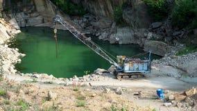 Mineração na pedreira do granito Máquina de mineração de trabalho - guindaste velho vídeos de arquivo