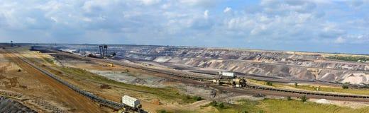A mineração opencast de carvão de Brown, uma paisagem é destruída fotografia de stock