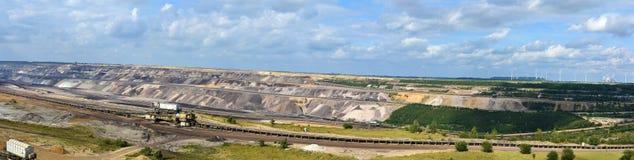 A mineração opencast de carvão de Brown, uma paisagem é destruída imagens de stock