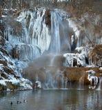 Mineraal-rijke waterval in Gelukkig dorp, Slowakije stock afbeelding