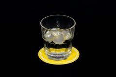 Mineraalwater met ijs stock foto's