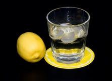 Mineraalwater met ijs en citroen stock afbeeldingen