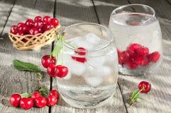 Mineraalwater met ijs en kersen Royalty-vrije Stock Fotografie
