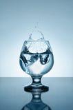 Mineraalwater met ijs en plonsen Stock Afbeelding