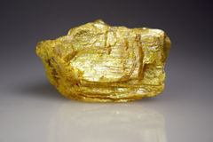 Minerai d'Orpiment - sulfure arsenical Images stock