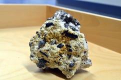 Minerais do anfíbolo do anfíbolo em uma rocha branca fotografia de stock
